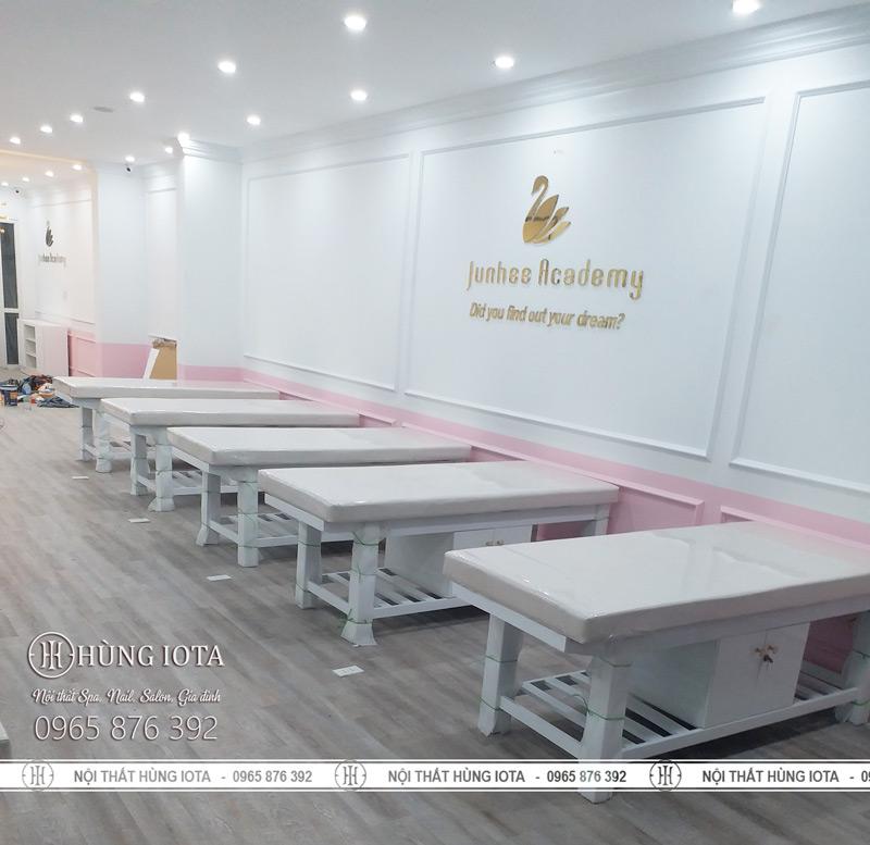 Lắp đặt nội thất Junhee Beauty Center giường spa trắng có tủ