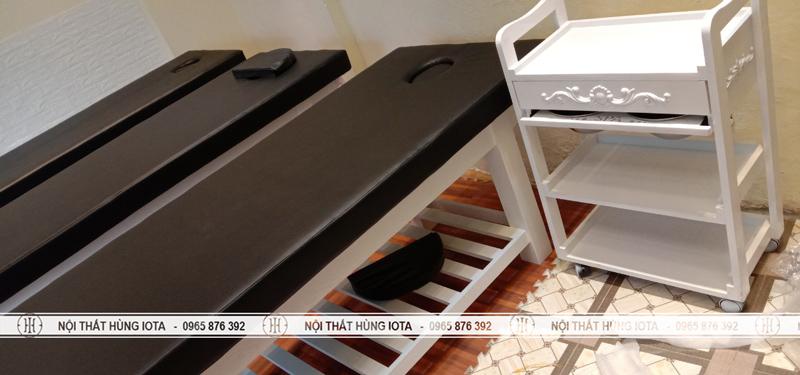 Giường spa trắng đệm đen lắp đặt tại spa trần khát chân