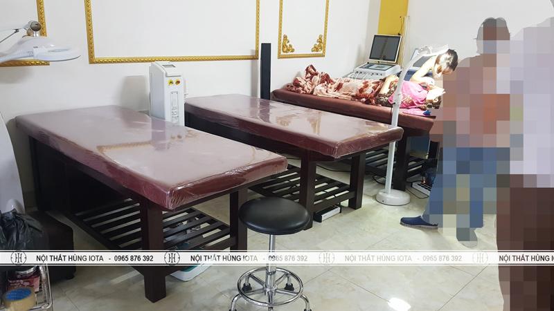 Giường spa có tủ màu nâu đậm tại spa ở Thái Nguyên