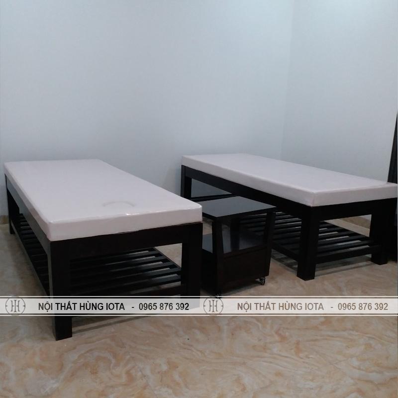 Giường spa màu đen và kệ gỗ spa phẳng đựng đồ