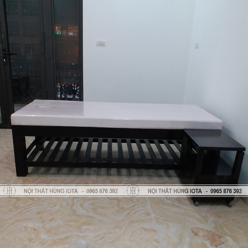 Giường spa và kệ gỗ đựng đồ màu đen