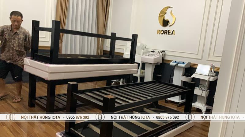 Lắp đặt giường spa gỗ thông đệm trắng cho tmv Korea