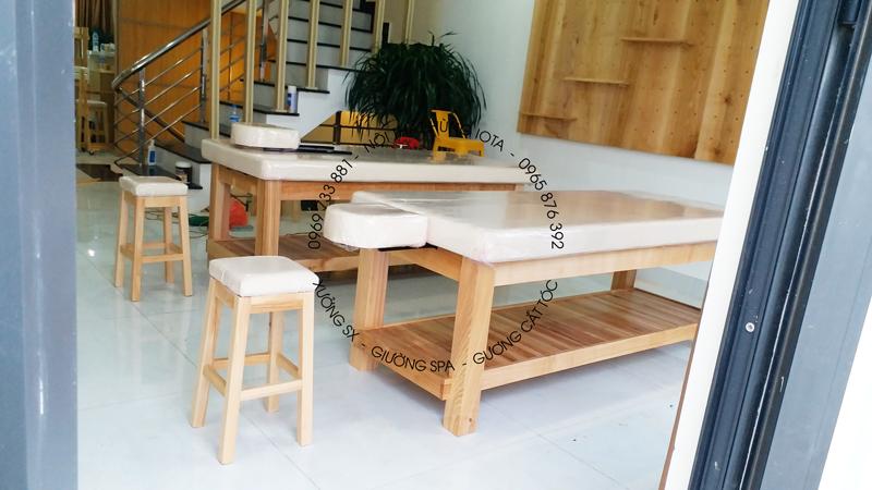 Lắp đặt ghế gỗ cho kỹ thuật viên spa, và giường spa màu vàng gỗ tự nhiên
