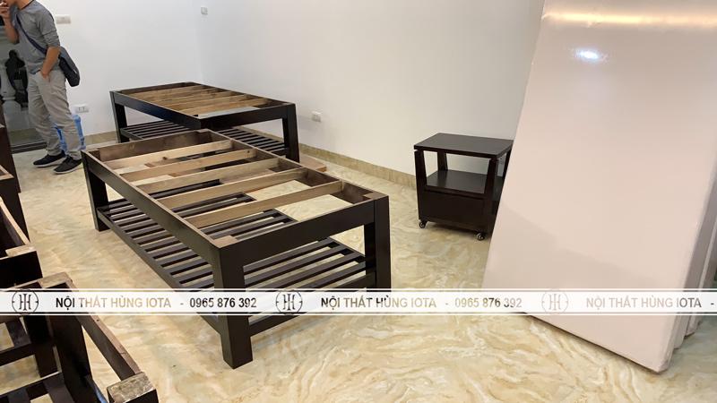 Lắp đặt giường spa màu nâu đen và kệ gỗ spa đựng đồ