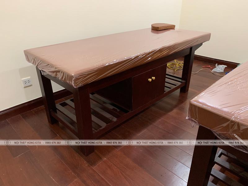 Giường spa gỗ sồi màu nâu tại chung cư Royal City