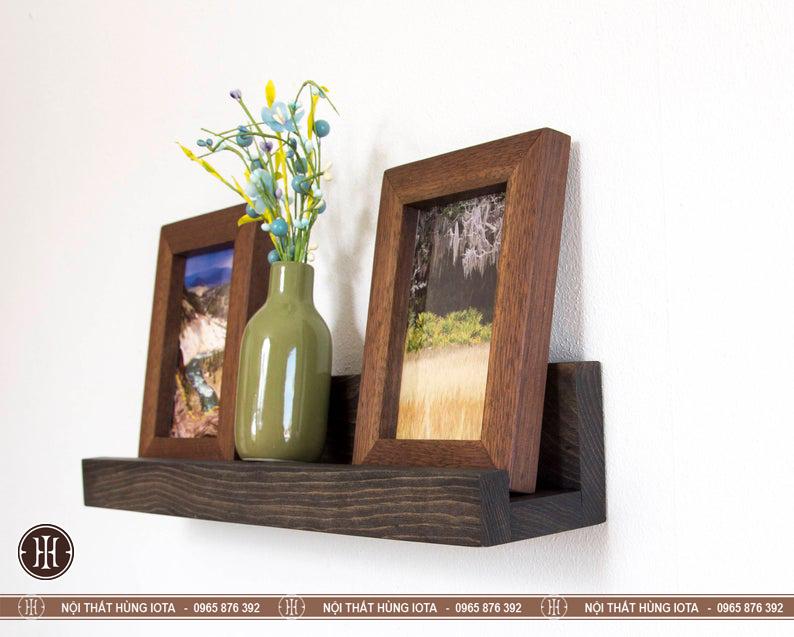 Kệ gỗ chữ U treo tường cho phòng khách đựng khung ảnh