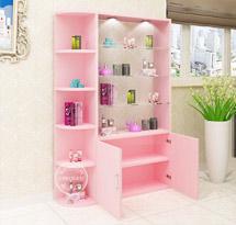 Tủ spa màu hồng cạnh cửa có đèn TSP14