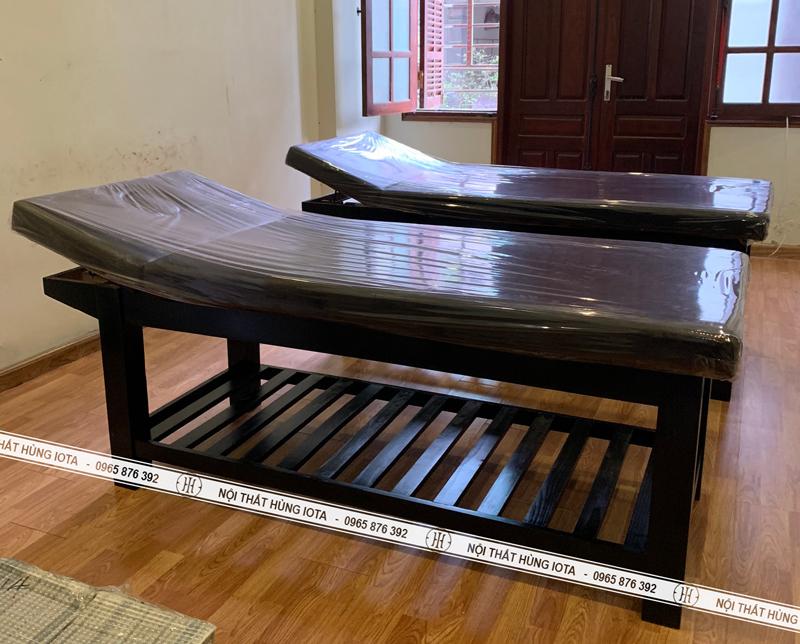 Giường spa màu đen nâng đầu tại spa Trần Quý Kiên