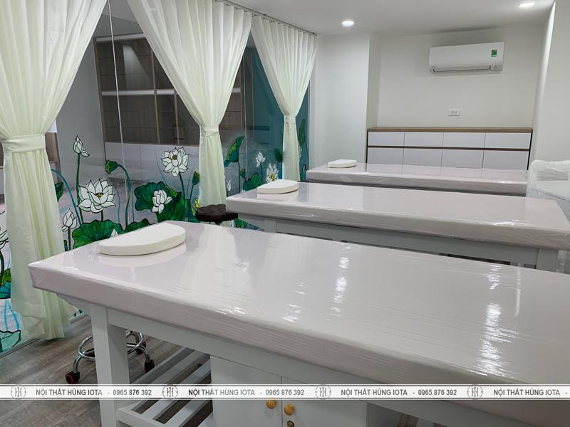 Giường thẩm mỹ viện màu trắng có tủ, có khoét mặt