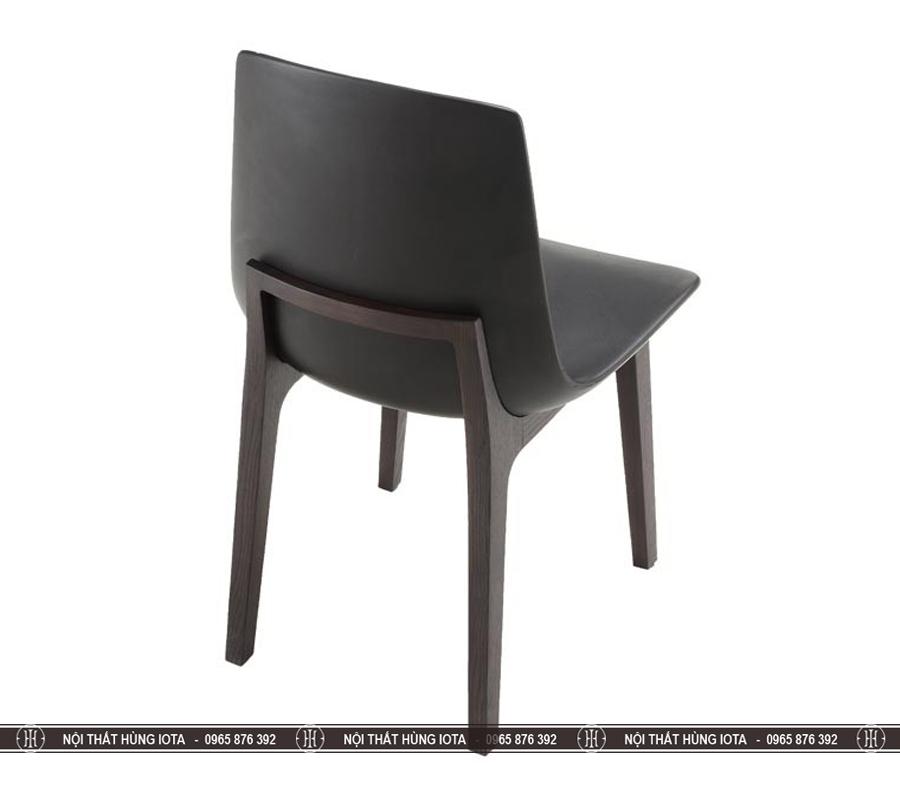 Mặt sau ghế gỗ cửa hàng trà sữa Venture gỗ sồi màu nâu đen