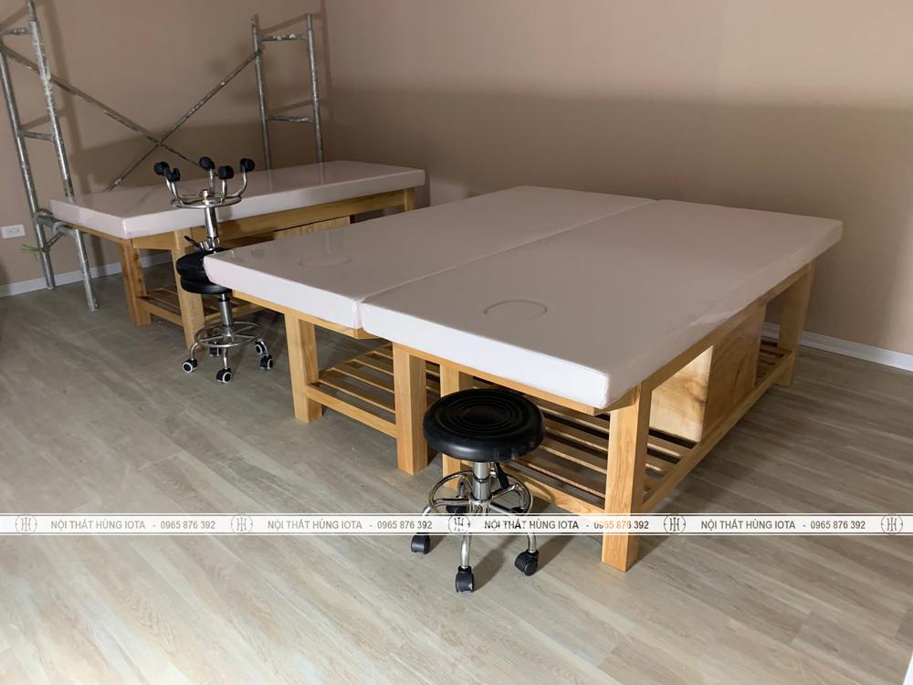 Giường spa có tủ gỗ sồi đệm màu trắng, ghế spa inox