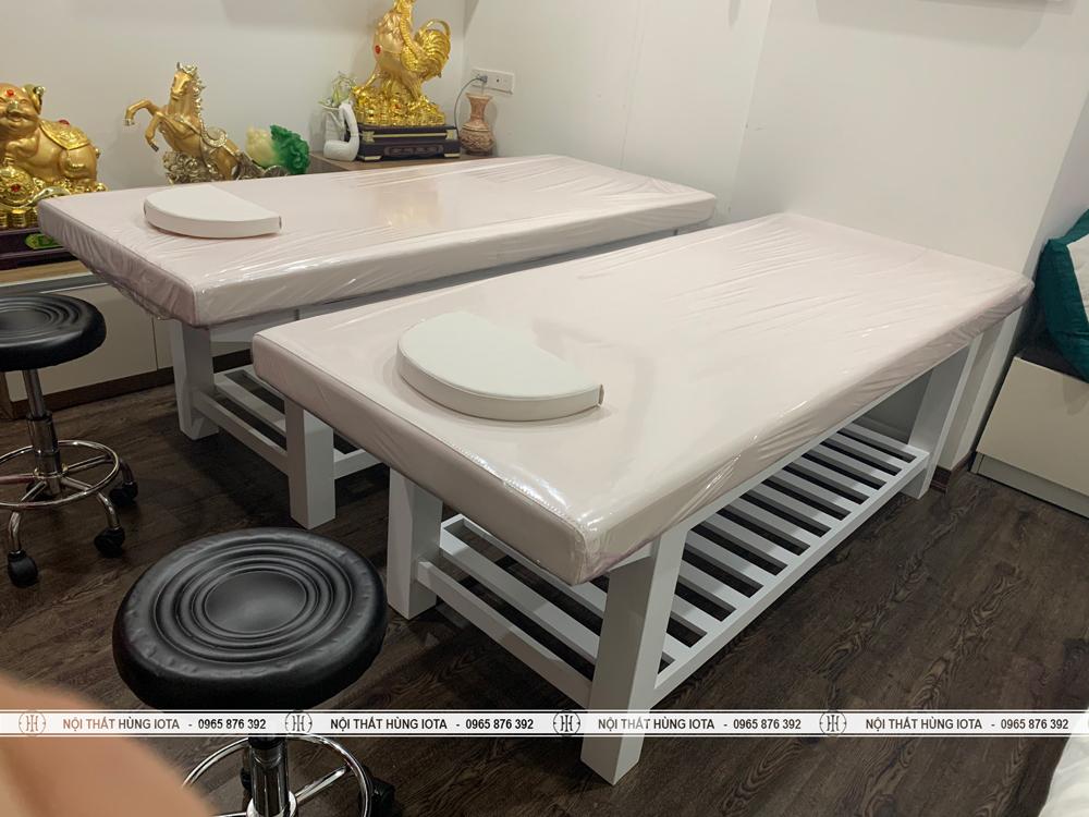 Combo giường spa màu trắng, ghế kỹ thuật viên spa inox trong xoay nâng hạ được