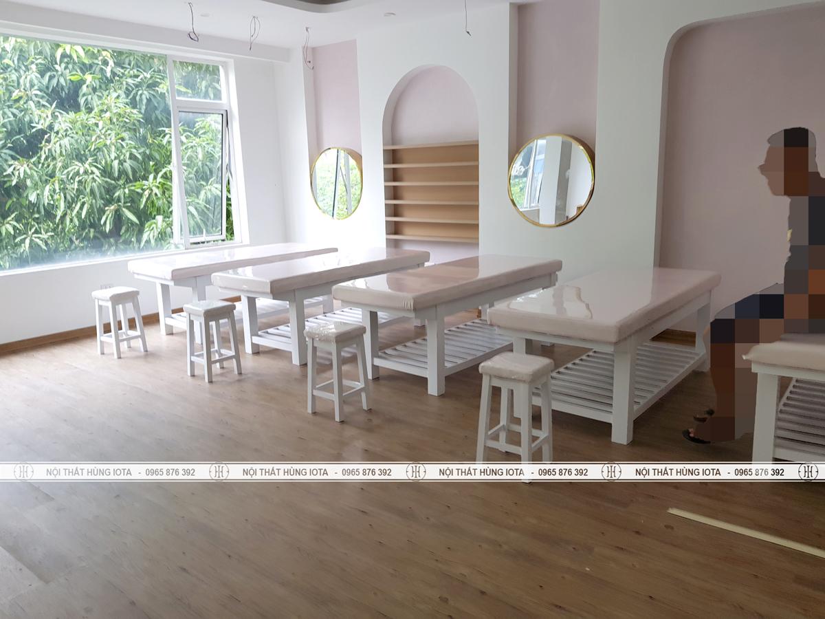 Giường spa gỗ thông màu trắng lắp đặt tại Cầu Giấy