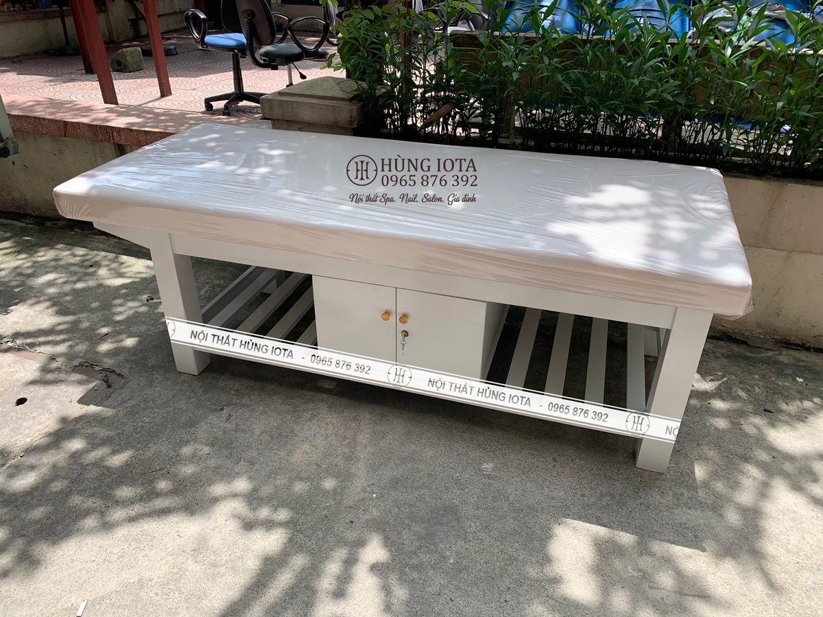 Giường spa có tủ màu trắng đẹp cho phòng khám trị liệu ở Thái Hà