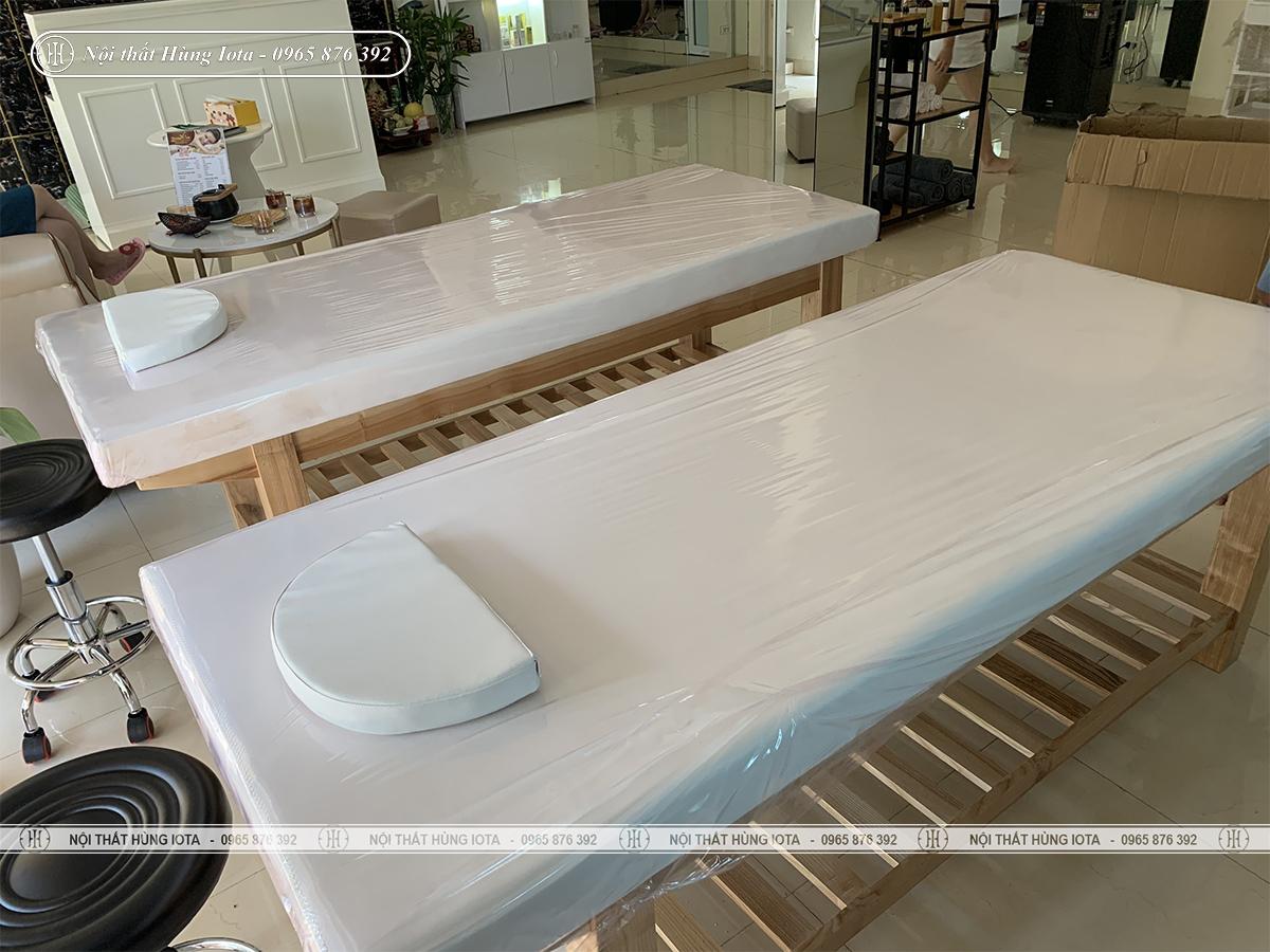 Giường spa đệm màu trắng có lỗ khớt mặt đệm ở Thanh Trì