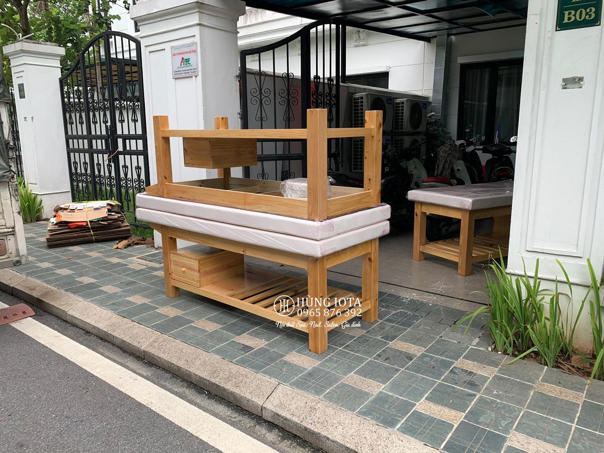 Giường spa gỗ thông có tủ màu vàng gỗ cho biệt thự Embassy Garden