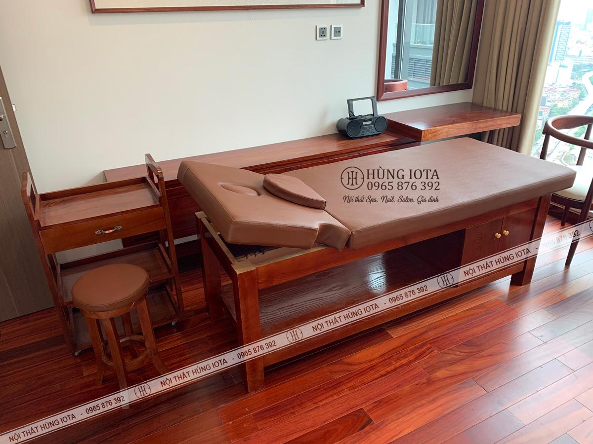 Giường spa màu đỏ gỗ hương hàng cao cấp cho phòng massage tại Vinhomes Metropolis Liễu Giai