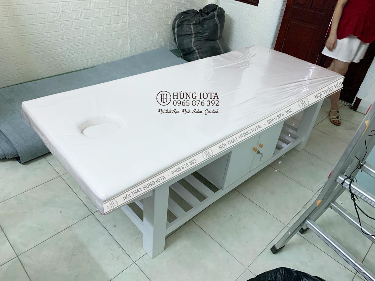 Giường spa màu trắng có tủ lắp đặt tại Thái Hà, Đống Đa