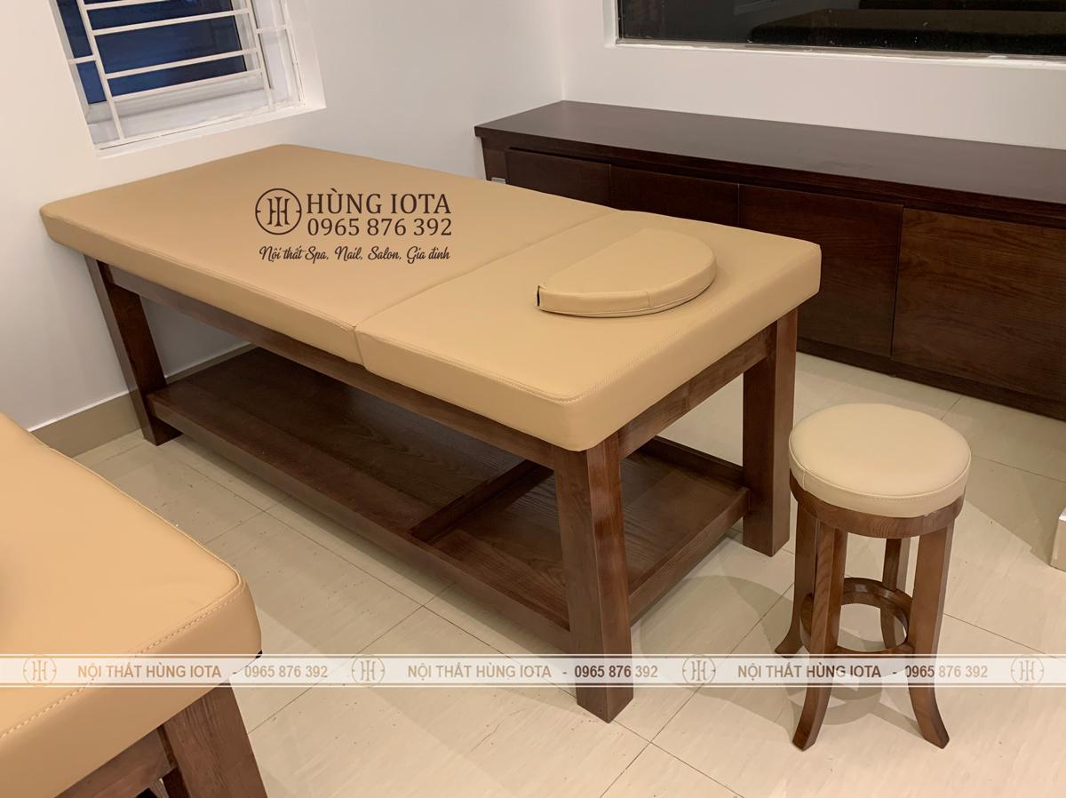 Lắp đặt ghế gỗ spa tròn màu óc chó cho spa
