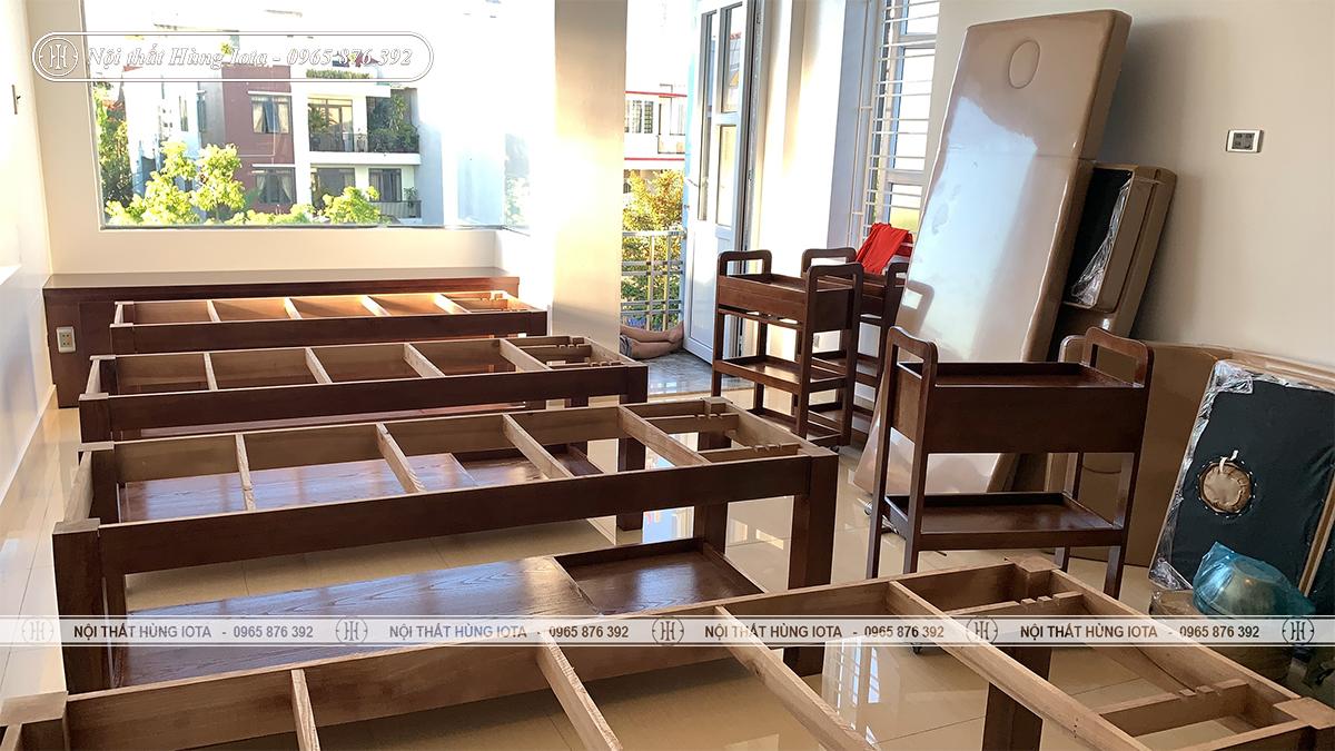 Lắp đặt giường massage gỗ sồi có khay nước xông