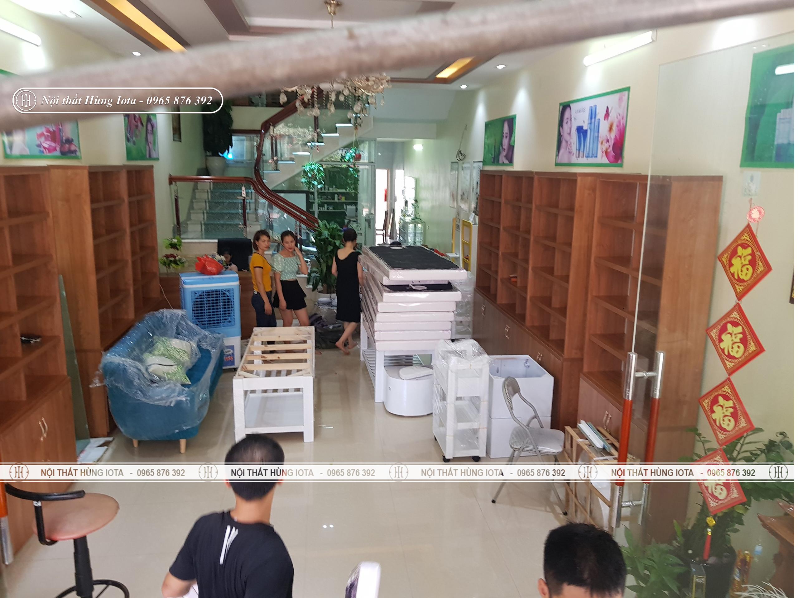 Lắp đặt tủ trưng bày mỹ phẩm spa ở Bắc Giang cho Tân Nguyệt Spa