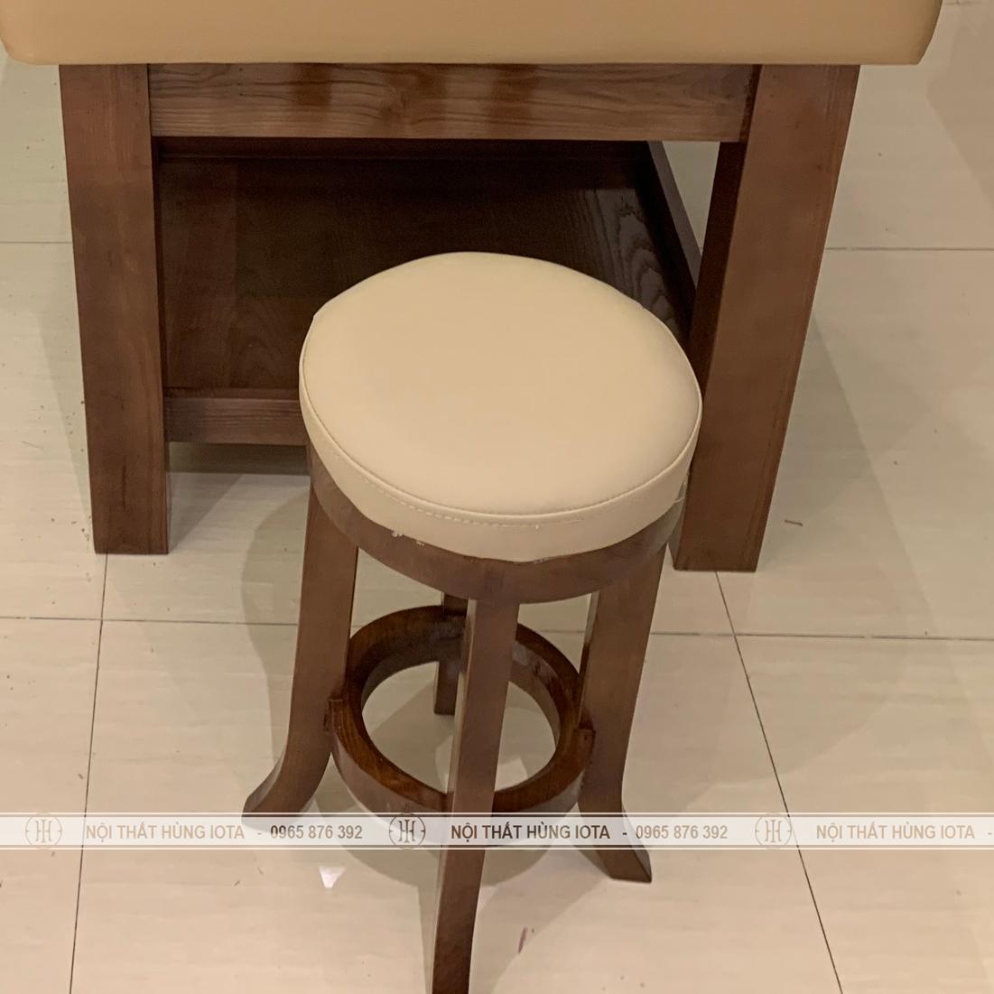 Ghế gỗ spa tròn cho kỹ thuật viên màu gỗ sồi chân quỳ