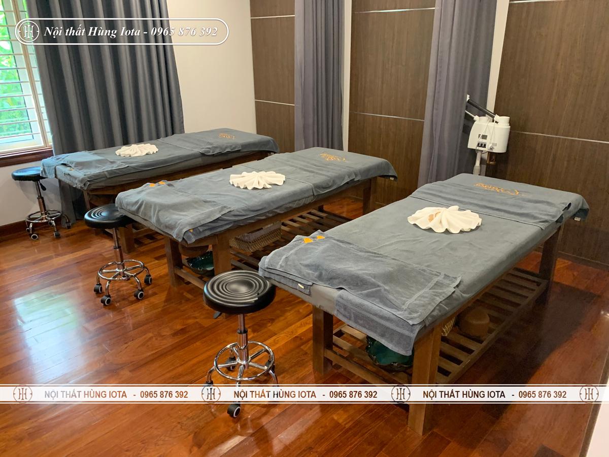 Giường massage gỗ sồi màu cafe có lỗ khoét mặt đệm tại Hà Nội