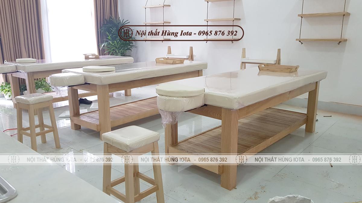 Giường spa decor màu vàng gỗ tự nhiên đẹp cho spa, có lỗ úp mặt thò ra ngoài đệm