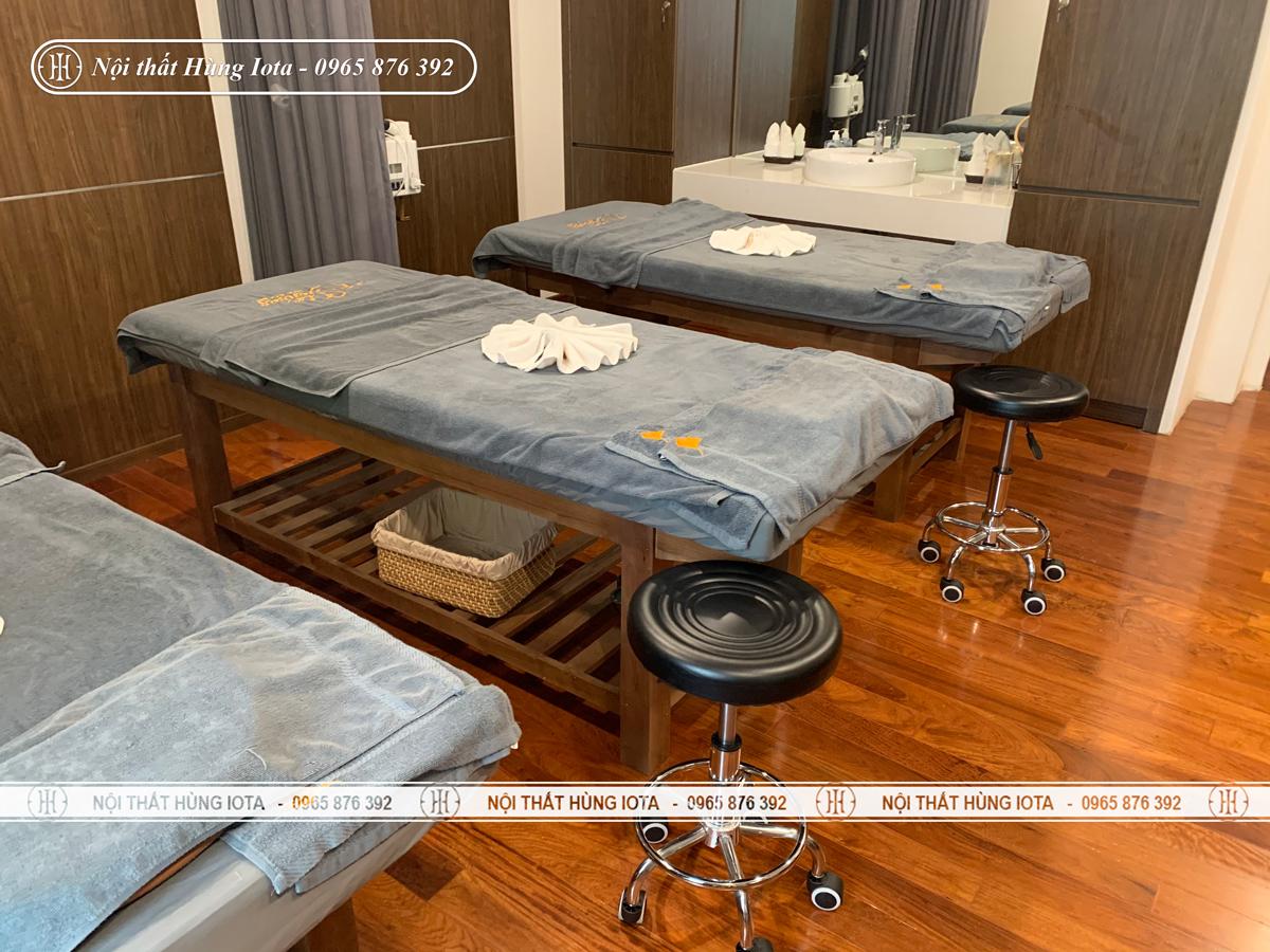 Giường spa gỗ sồi màu cafe và ghế kỹ thuật viên spa inox màu đen