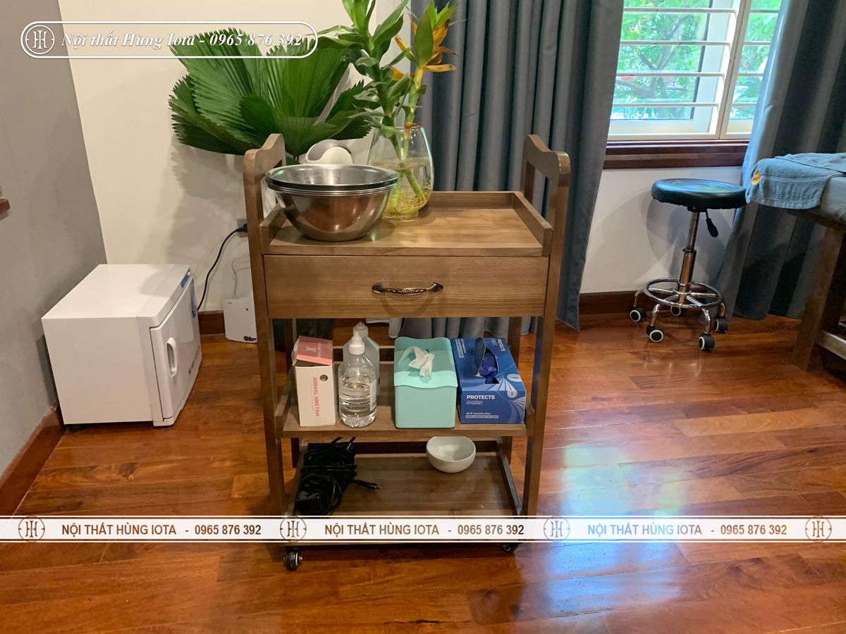 Xe đẩy spa màu hạt dẻ đẹp lắp đặt cho nội thất spa ở Hà Nội