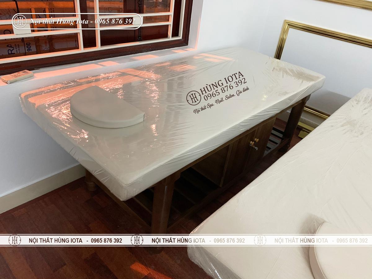 Giường spa gỗ sồi đệm bông ép màu trắng chuyên dùng làm massage body