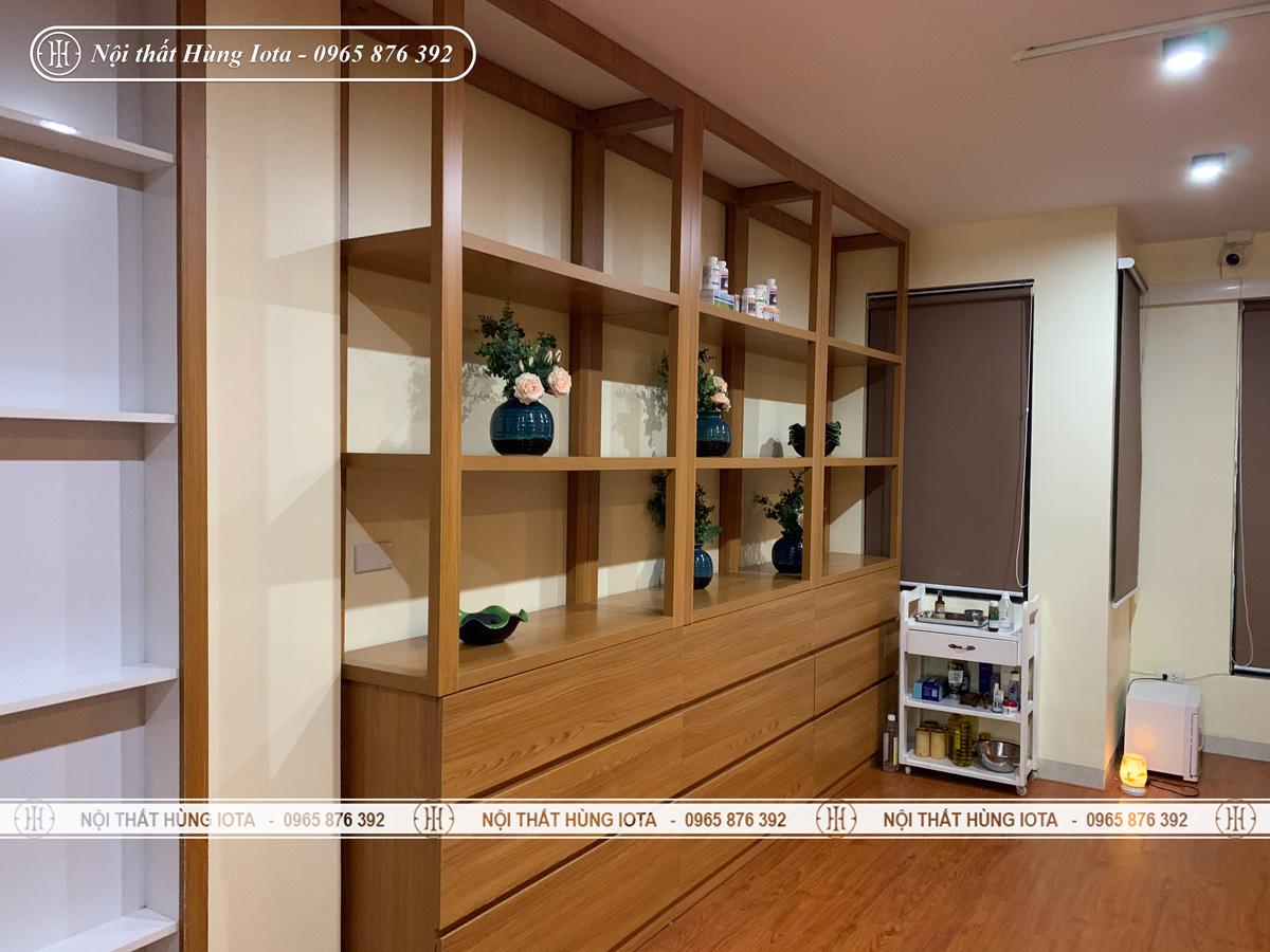 Tủ trưng bày sản phẩm, mỹ phẩm spa màu gỗ
