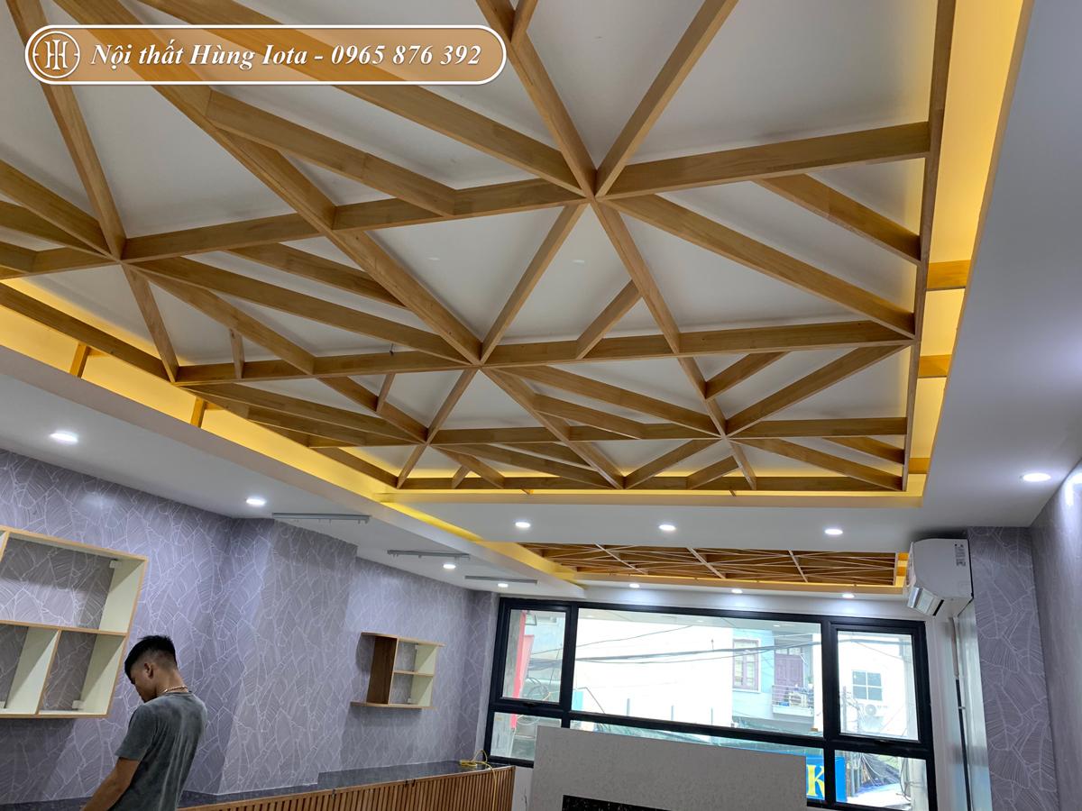 Thiết kế trần spa màu gỗ đẹp sang trọng ở Mỹ Đình