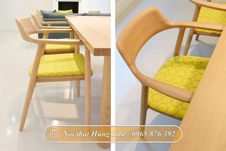 Ghế gỗ có tựa màu xanh lá cây