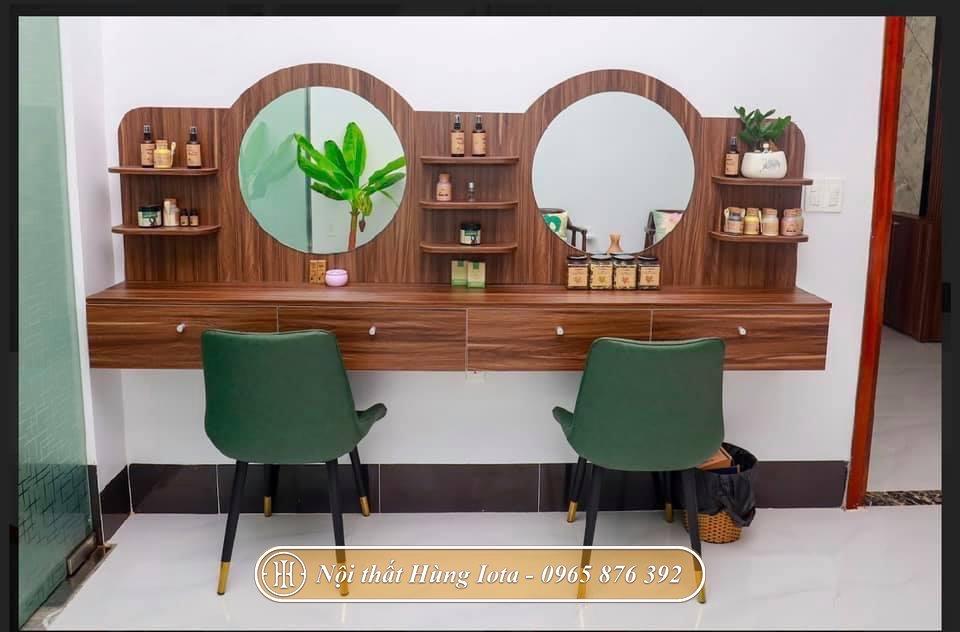 Kệ đựng đồ và gương màu gỗ cùng tông