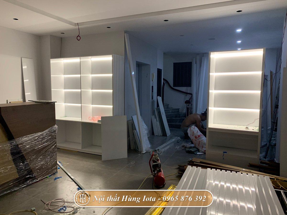 Lắp đặt tủ trưng bày sản phẩm spa màu trắng tại Đội Cấn