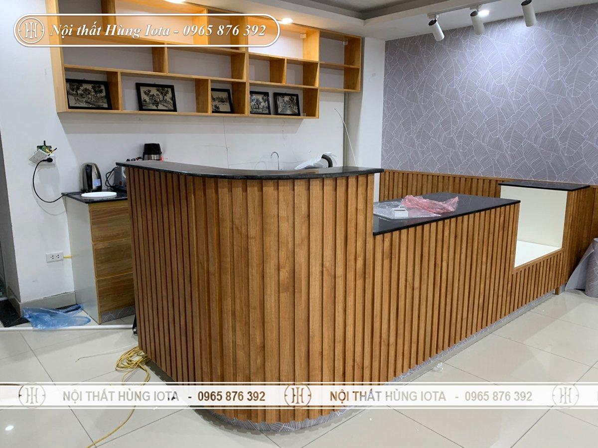Quầy bar màu gỗ thiết kế riêng cho quán cafe