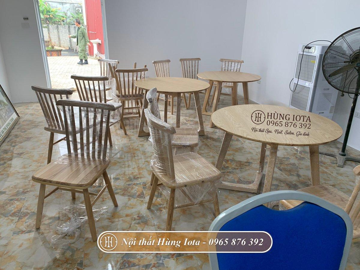 Bàn ghế tròn màu gỗ sáng