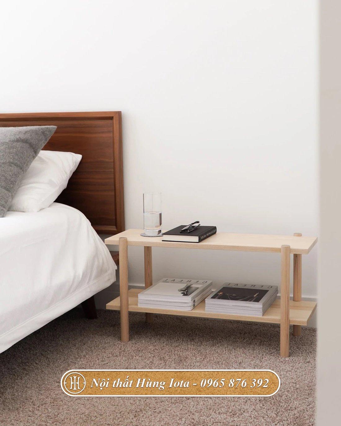 Kệ gỗ trang trí đặt cạnh giường ngủ