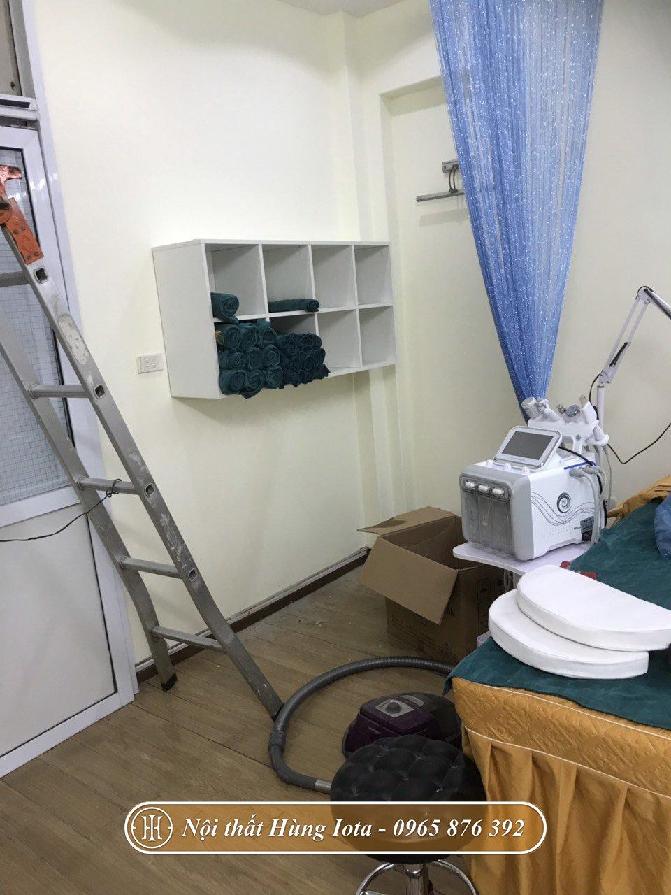 Kệ trưng bày mỹ phẩm treo tường giá rẻ cho spa tại Hà Nội