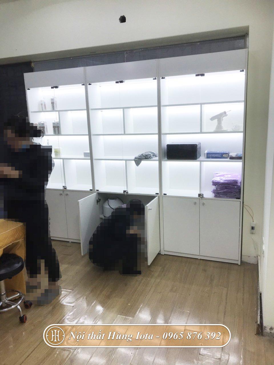 Lắp đặt tủ kính trưng bày mỹ phẩm spa có đèn ở Hà Nội