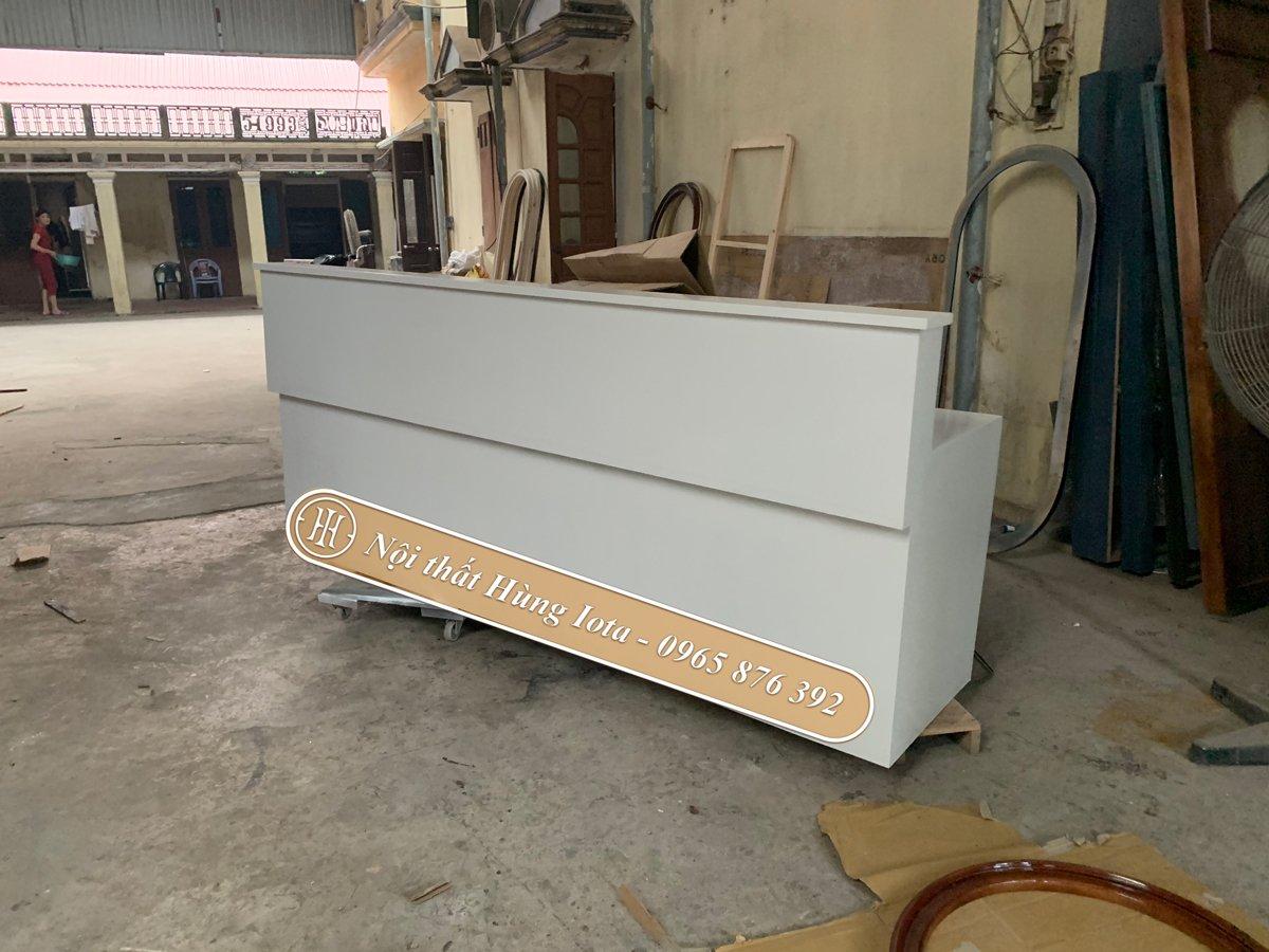 Quầy lễ tân trắng thiết kế đơn giản tại xưởng