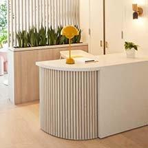 Quầy lễ tân decor nan gỗ cho spa, salon, cửa hàng QTN33