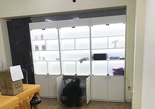 Thumb tủ sản phẩm spa có kính màu trắng ở Hà Nội