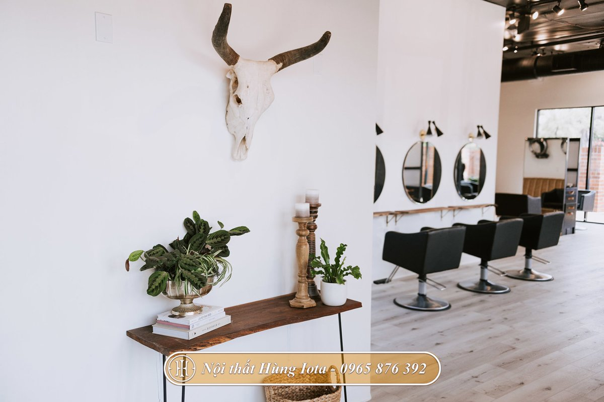 Decor tiệm tóc bằng nội thất màu nâu gỗ mộc mạc