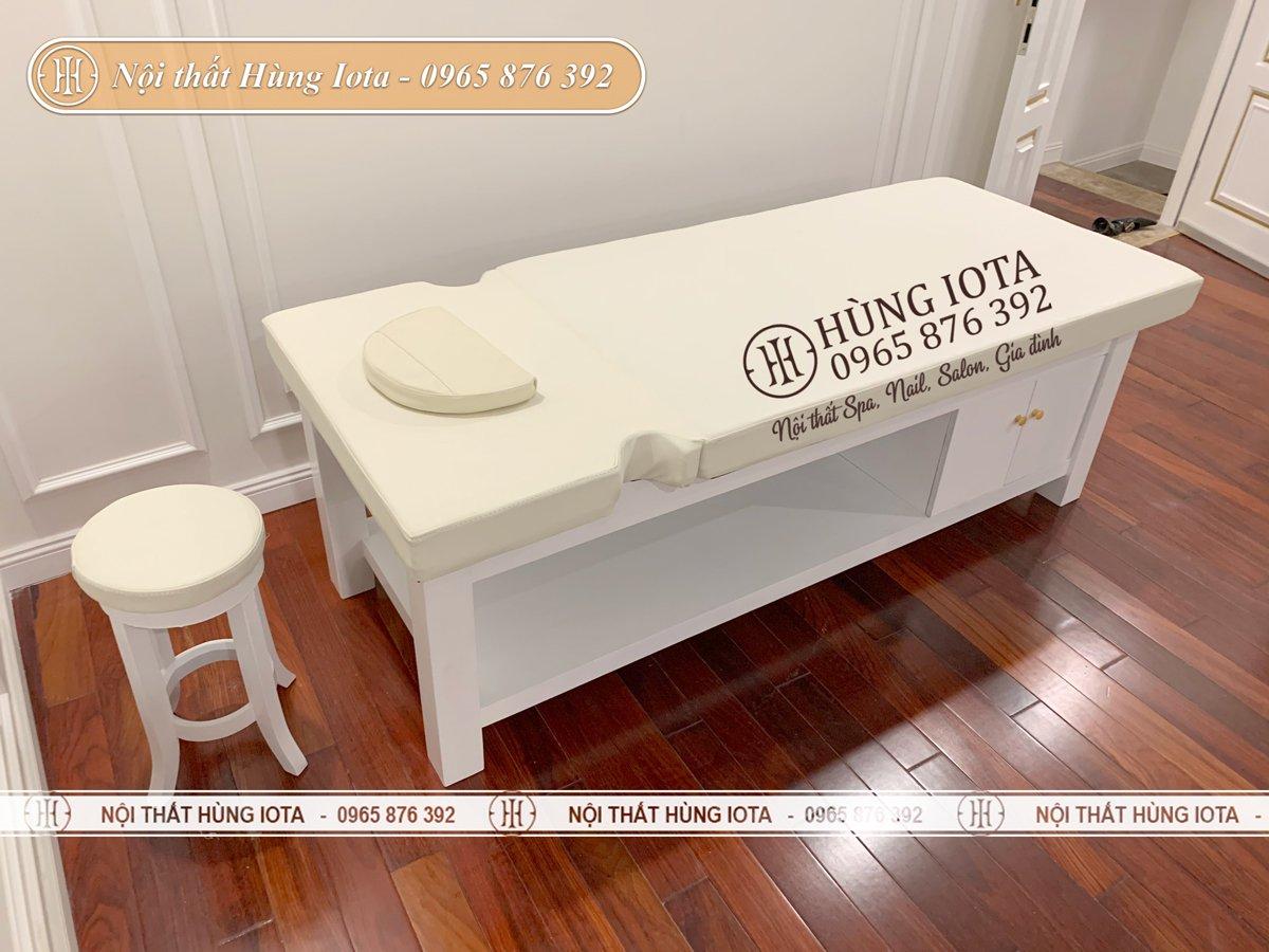 Giường massage màu trắng và ghế đi kèm