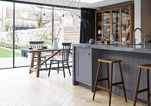 Thumb trang trí bếp gia đình bằng bàn ghế gỗ