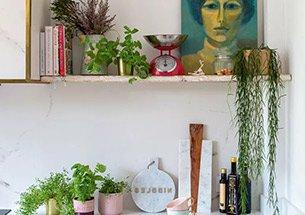 Thumb trang trí phòng bếp đơn giản bằng giá gỗ treo tường