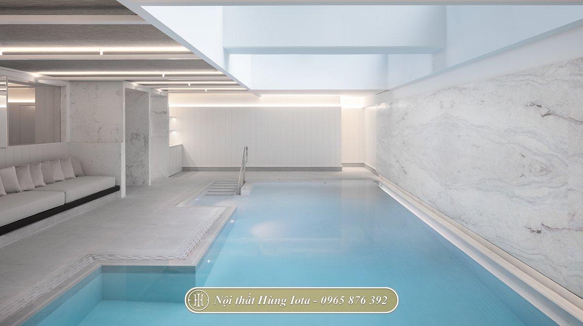 Bể bơi ngoài trời với màu trắng chủ đạo