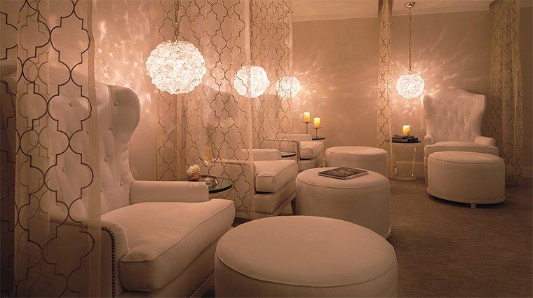 Decor phòng spa nhỏ tại nhà tone màu trắng tinh tế